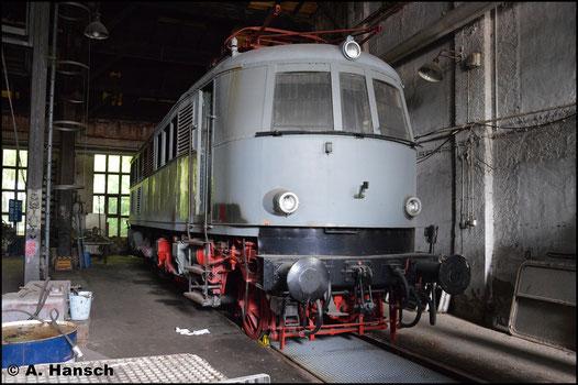 Der TEV in Weimar arbeitet derzeit E18 24 auf (ab 1968: 118 024-9 DB) auf. Am 28. Mai 2016 entstand im dortigen Schuppen dieses Bild