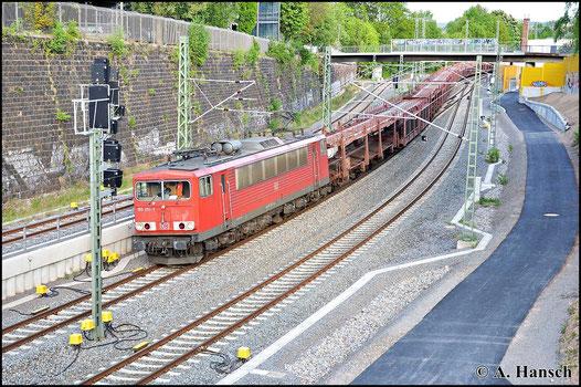 155 251-2 zieht am 11. Mai 2015 einen Autoleerzug durch Chemnitz Hbf.