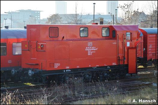 Der SPM 711 (80-80-970-5022-9) ist Stammschneepflug in Leipzig am Hbf. Am schneelosen 24. Dezember 2015 erwischte ich ihn dort aus dem Zug heraus