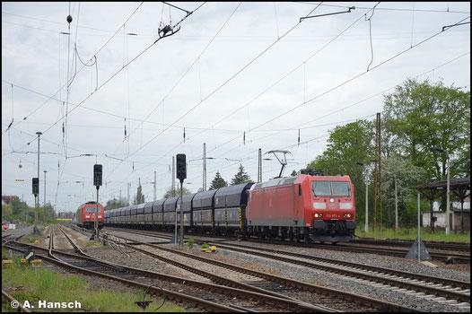 185 073-4 hat am 14. Mai 2021 in Leipzig-Wiederitzsch einen langen Schüttgutwagenzug am Haken