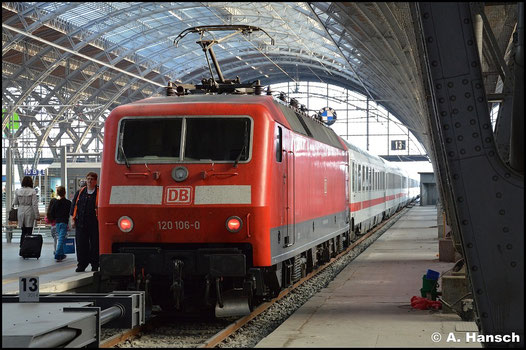 Die BR 120 ist im Jahre 2015 schon eher eine Seltenheit geworden. Am 3. Oktober des Jahres steht 120 106-0 mit ihrem IC in Leipzig Hbf.