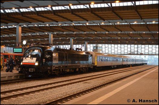 182 524-9 hat in Chemnitz Hbf. am 14. Dezember 2016 einen RE 3-Ersatzzug (Dresden - Hof) am Haken. Grund dieses Zuges waren massive Ausfälle der BR 1440 der MRB