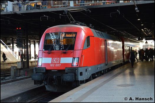 Am 8. November 2015 schiebt 182 007-5 den RE1 nach Rostock in den Hamburger Hbf.