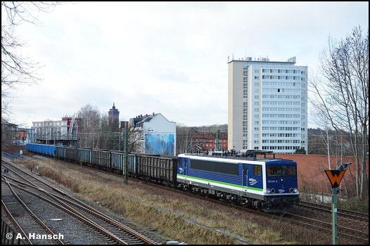 Am 28. Januar 2016 ist das PRESS-blau schon wieder Geschichte und wurde durch das typische IntEgro-Farbkleid ersetzt. Mit Dgs 48481 nach Cottbus durchfährt die Lok den Chemnitzer Südbahnhof