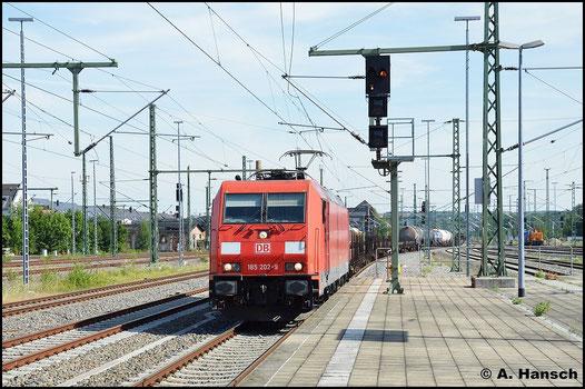 Etwas unerwartet begegnet mir 185 202-9 mit ihrem Mischer am 22. Juli 2015 in Chemnitz Hbf.