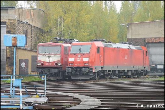 185 276-3 steht am 19. Oktober 2015 neben 155 219-9 am Rundhaus in Leipzig-Engelsdorf