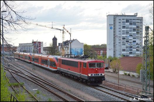 Am 10. Mai 2021 ist die Zeit der BR 155 bei der DB längst vorbei. Doch 155 119-1 steht weiter im Dienst. Für die EBS schleppt sie drei Triebwagen der BR 646 durch Chemnitz-Süd nach Bad-Schandau
