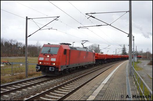 185 390-2 überführt am 27. Dezember 2016 eine 30-Wagen-Leine polnische Fans-Wagen aus Zwickau gen Dresden. Hier ist die Fuhre bei der Durchfahrt durch den Hp Chemnitz-Hilbersdorf zu sehen