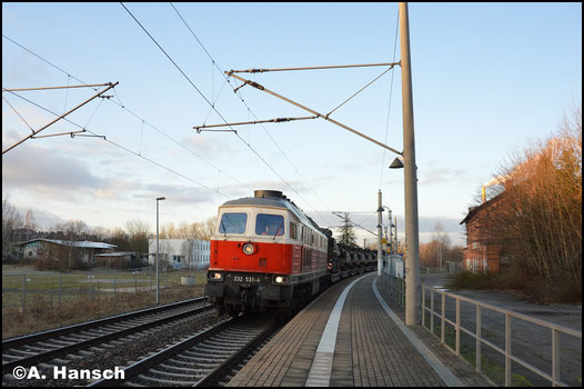 """Die wegen ihrer Lackierung als """"Polenflaggen"""" bezeichneten EWR-232er sieht man in Chemnitz eher selten. Am 2. Februar 2018 bot sich so eine Gelegenheit. Mit Militärzug M 62573 nach Marienberg durchfährt 232 531-4 Chemnitz-Hilbersdorf Hp"""