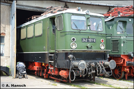 Beim TEV in Weimar kann man das betriebsfähige Museumsstück 142 151-0 alias 242 151-9 bestaunen. So tat ich es am 28. Mai 2016