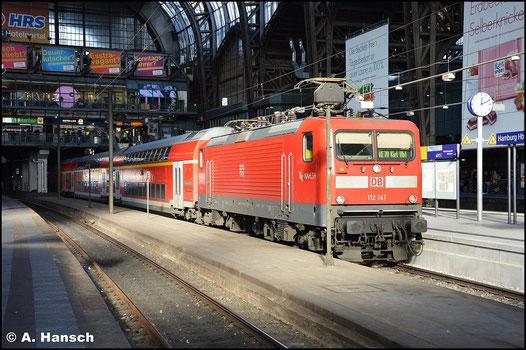 112 141-7 wartet am 8. November 2015 mit RE70 nach Kiel in Hamburg Hbf. auf Ausfahrt