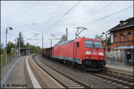 185 353-0 schiebt am 28. September 2018 den langen EZ 68660 nach Böhlen nach. Aufgenommen wurde das Bild am Hp Chemnitz-Hilbersdorf
