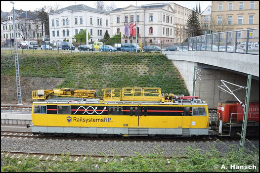Das Hubarbeitsbühnen-Instandshaltungsfahrzeug für Oberleitungssysteme 711 007-5 wurde 2012 von der DB zum Verkauf ausgeschrieben und gehört inzwischen der Railsystems RP GmbH. Hier zu sehen am 2. Februar 2016 beim Verlassen von Chemnitz Hbf.