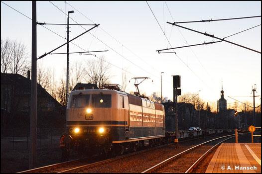 181 213-0 holt am 6. März 2021 ein paar frisch hauptuntersuchte Containertragwagen aus Niederwiesa. Am Abend wartet die Mehrsystemlok in besagtem Bf. immer noch auf Ausfahrt. Grund sind Probleme an einer Wagenkupplung