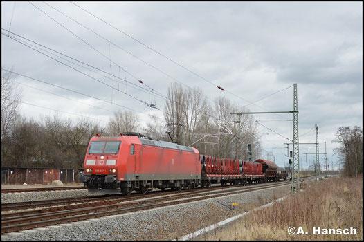 Mit modellbahngerechtem 4-Wagen-Zug durchfährt 185 017-1 am 29. Januar 2018 Leipzig-Thekla