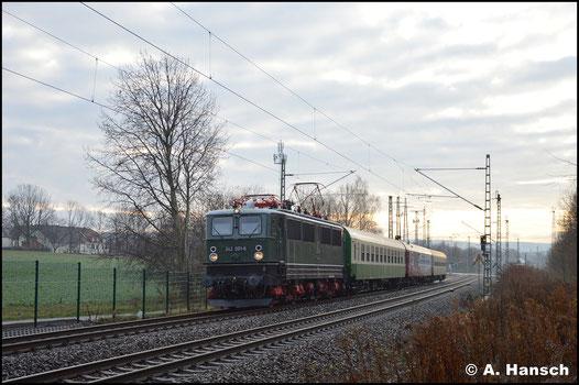 Am 1. Dezember 2018 läutet E42 001 die Sonderzug-Saison ein. Mit einem Zugteil ist der Zug nach Hosena unterwegs, wo der Zug mit einem weiteren Teil, geführt von 01 509, zusammengeführt wird. Ein Bild entstand in Chemnitz-Furth