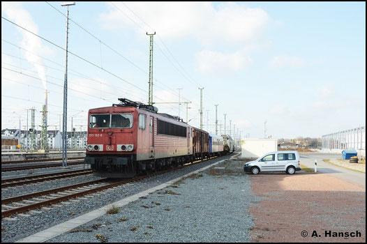 Am 1. April 2016 steht 155 192-8 mit ES 62649 in Chemnitz Hbf. Es handelt sich um einen Trafotransport von Zossen nach Hof zu Siemens, der wegen seiner geringen Höchstgeschwindigkeit erst nachts weiter fährt