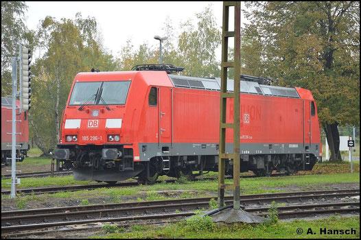 Am 19. Oktober 2015 steht 185 296-1 an der Drehscheibe in Leipzig-Engelsdorf abgestellt