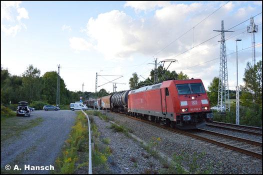 Am 10. September 2017 zieht 185 238-3 einen umgeleiteten Mischer durch Chemnitz-Furth gen Hbf.