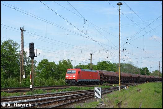 Am 11. Mai 2016 zieht 185 223-5 einen langen Ganzzug aus Schüttgutwagen durch Leipzig-Wiederitzsch