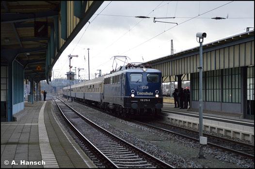 110 278-9 der Centralbahn fährt am 14. Dezember 2019 in den Zwickauer Hbf. ein. Am Haken hat sie einen Fußballsonderzug aus Mannheim, der anlässlich der Drittligapartie gegen den FSV Zwickau verkehrte