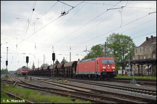 Mit Schotterzug ist 185 210-2 am 14. Mai 2021 in Leipzig-Wiederitzsch unterwegs