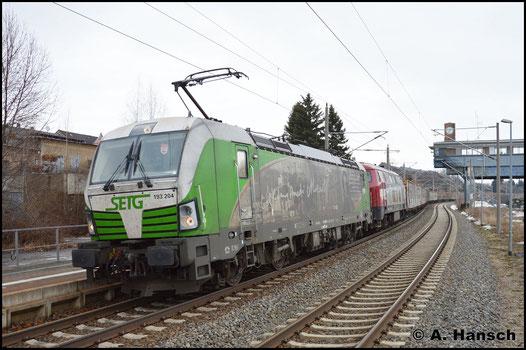 193 204-5 zieht am 18. Februar 2017 einen aus Freiberg kommenden Holzzug durch den Hp Chemnitz-Hilbersdorf. Dahinter läuft 216 158-6 (OHE 200086) mit