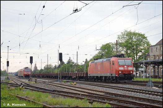 Wenig Mühe hat 185 143-5 am 14. Mai 2021, als sie mit ihrem leeren Res-Wagen-Zug durch Leipzig-Wiederitzsch fährt