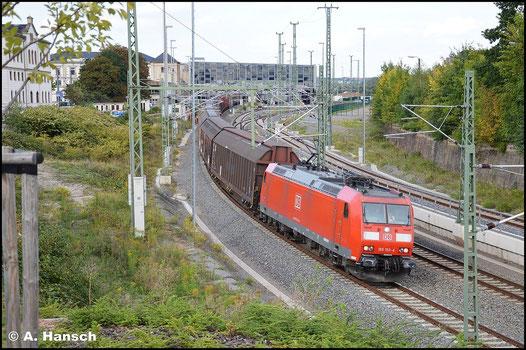 185 153-4 zieht am 24. September 2015 den umgeleiteten GA 52813 durch Chemnitz Hbf. gen Zwickau