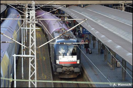 182 534-8 hat am 8. November 2015 den Hamburg-Köln-Express am Haken. In Hamburg Hbf. wartet der Zug auf Ausfahrt