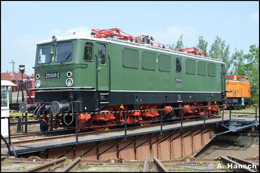 211 049-2 ist beim TEV in Weimar beheimatet. Am 28. Mai 2016 wird die Maschine auf der Drehscheibe präsentiert