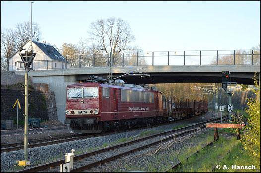 Ihre Zukunft sicherte das Unternehmen CLR, welches der Lok außerdem das DR-Farbschema zurück spendierte. Als Wagenlok läuft 155 016-9 am 07. Mai 2021 an einem leeren Holzzug nach Freiberg mit. Hier unterquert die Fuhre die Zschopauer Str. in Chemnitz