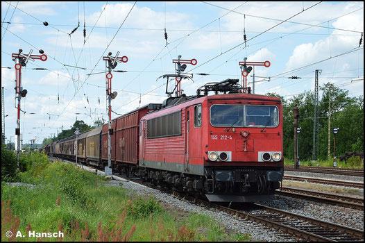Die Flügelsignale in Altenburg Hbf. bieten eine schöne Kulisse für Eisenbahnfotografen. Am 21. Juli 2015 zieht 155 212-4 (inzwischen mit Rechteckpuffern unterwegs) einen Autoteilezug durch den Bahnhof