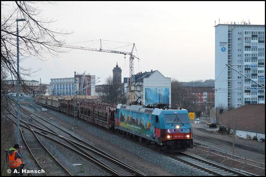 """185 367-0 alias """"Günni Güterzug"""" befördert am 20. April 2021 den GAG 47337. Im letzten Licht kann die bunte Werbelok an der Zschopauer Straße in Chemnitz fotografiert werden"""