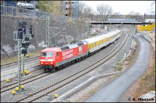 Am Nachmittag des 17. November 2015 ist 120 501-2 mit Messzug auf der Strecke Zwickau - Klingenberg-Colmnitz unterwegs. Hier rollt die Fuhre in Chemnitz Hbf. ein