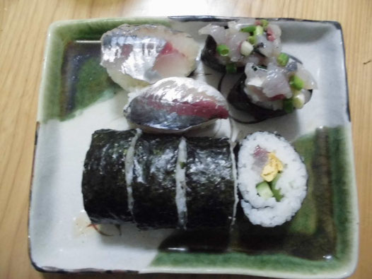 アジの海鮮巻きと握り寿司の写真