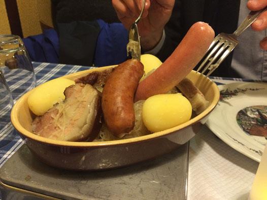 Kulinarische Genüsse typisch elsässisch: Choucroute garni
