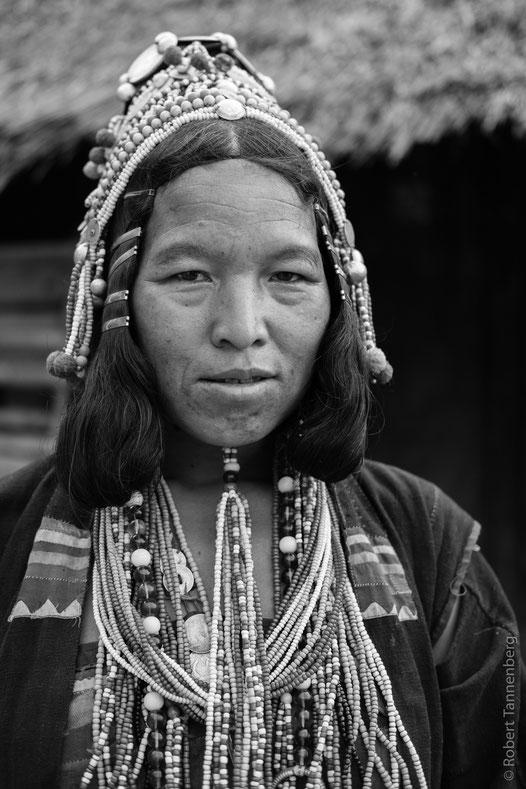 Traditionelle Kleidung und Schmuck der Akha.