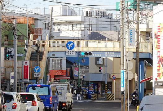 綱島街道の神奈川区方面から菊名四丁目交差点と「菊名歩道橋」を望む、見通しが良くない
