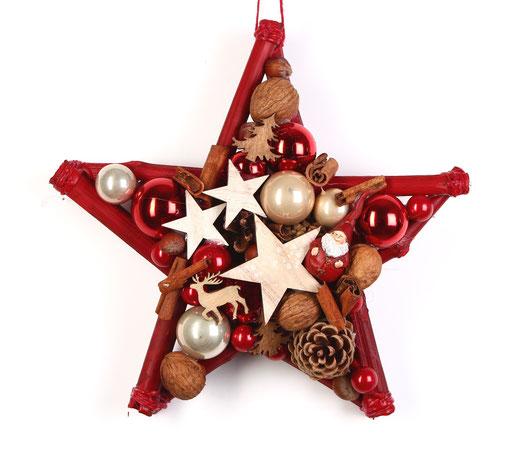 Handgefertigter Stern in rot-natur mit einem kleinen Wichtel - Holzsternen und Zimtstangen.