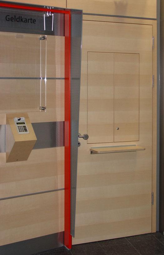 Bankfiliale: Holztür und Wandverkleidung aus Ahorn Echtholz Furnier