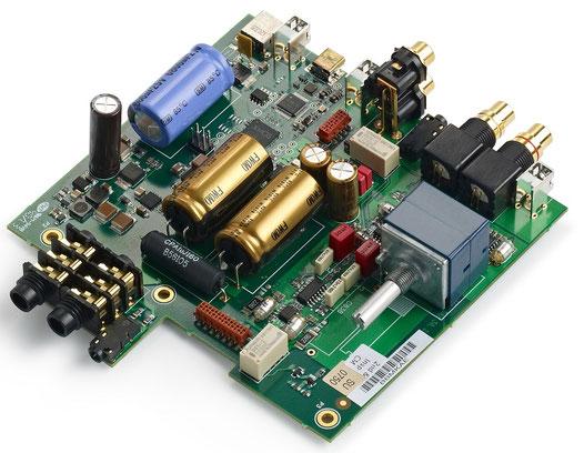 デジタル部、アナログ部の最適レイアウトを実現。高密度6層基板に、大容量コンデンサーや大型アナログボリュームなど高音質パーツを投入したシンプルなハンドメイド基板。