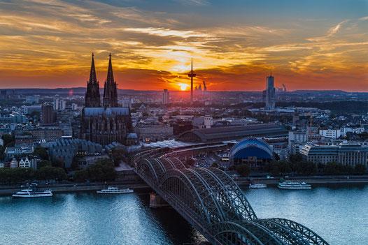 夕暮れのケルン大聖堂とホーエンツォレルン橋