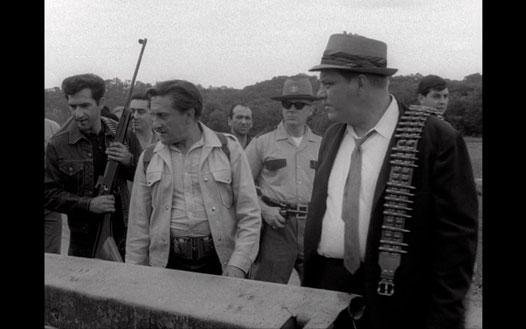 Lo sceriffo interpretato da George Kosana con i cacciatori di zombie