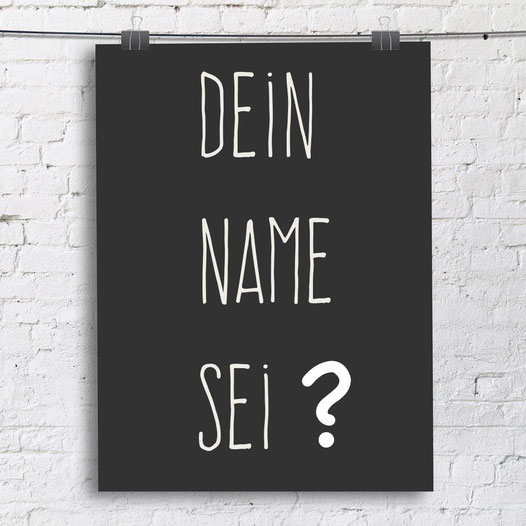 Tafel mit der Aufschrift: Dein Name sei ?