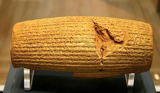 En 538 av J-C Cyrus promulgue un 1er décret pour la reconstruction de Jérusalem et de son Temple par les Juifs de retour d'exil. Un tel décret est totalement conforme à la politique de ce monarque comme le confirme une inscription sur le cylindre de Cyrus