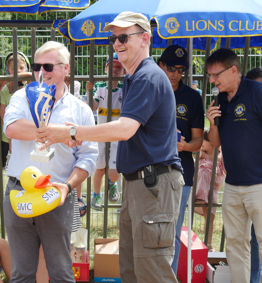 Lions Club Präsident Prof. Dr. Dirk Fischer überreichtdem Vorstandsmitglied Christoph Weideneder derS&MC Investmentbank AG den Siegerpokal in der Kategorie Sponsorenente.
