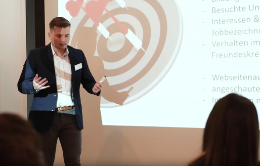 Gemeinsam mit seinem Team aus Experten berät er deutschlandweit Unternehmer aus diversen Branchen.