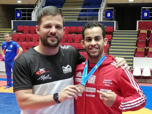 Aker und Trainer Mo freuen sich über die dritte Weltcup- Medaille in Folge!