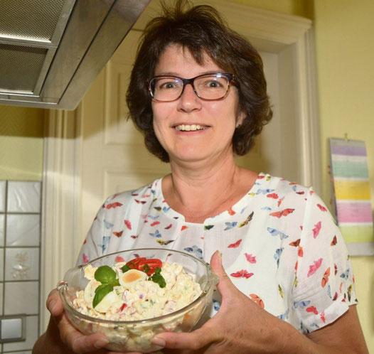 Angela Wolfsteller mit ihrem Salat.